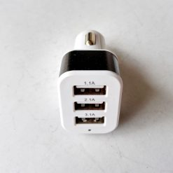 Автомобильный адаптер YZC-5, 3 порта USB, 5V(3,1А+2,1А+1A) 12-24V белый с черным ободом и синей индикацией работы.